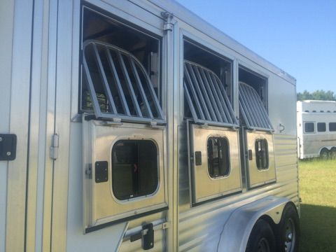 2011 CM   3 Horse Slant Load Gooseneck Horse Trailer
